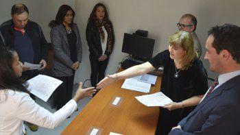 La jueza federal Marta Yáñez presidió ayer la toma de juramento a la Constitución Nacional y entrega de Cartas de Ciudadanía a 31 personas que residen en Pico Truncado.