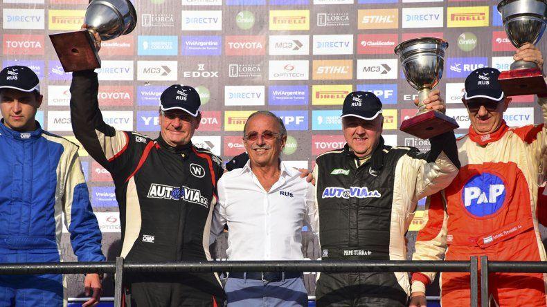 Walter DAgostini celebrando en el podio con su navegante Turra en el Rally de Entre Ríos 2018.