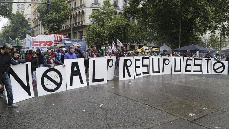Incidentes entre manifestantes y policías frente al Congreso