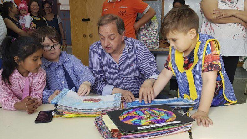 El intendente Carlos Linares visitó el Jardín 463 de Standart Norte que presentará un proyecto sobre petróleo en una feria de ciencias.