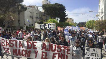 La columna de manifestantes avanza por la avenida Rivadavia.