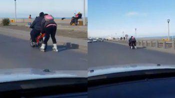 Viralizan el video de una mujer en rollers impulsada por una moto