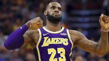 LeBron James festejó por primera vez de manera oficial una victoria con Los Angeles Lakers.
