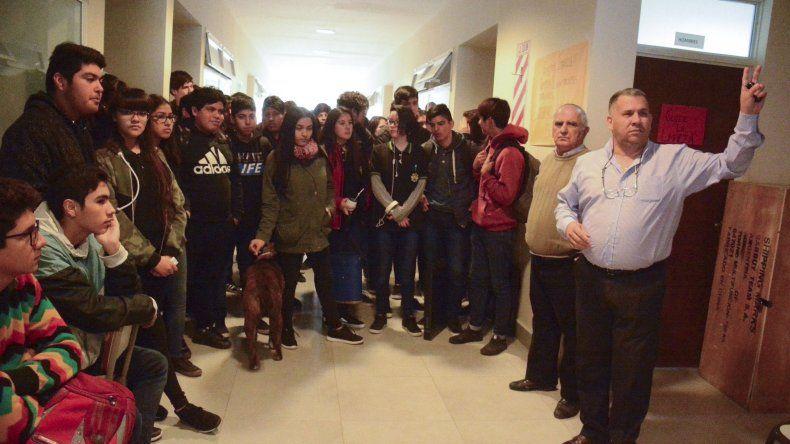 A raíz de la toma del edificio se hizo presente el director de Escuelas Regional Norte