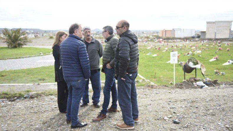 La recorrida que los funcionarios municipales efectuaron ayer por el Cementerio de Kilómetro 9.