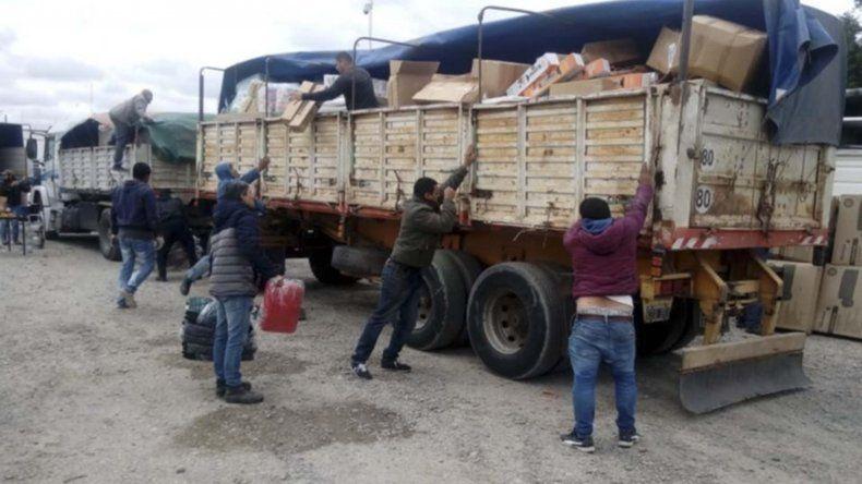 Los camiones que permanecen secuestrados en el acceso norte de Trelew.