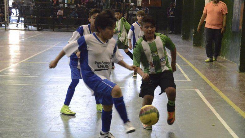 El torneo Laterito de fútbol infantil disputará hoy y mañana la segunda fecha en el gimnasio Ignacio Köening de barrio Laprida.