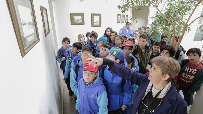 Alumnos de la Escuela Nº 41 de Las Golondrinas y de la Escuela Rural Nº 14 de Sarmiento con el gobernador en Casa Gobierno