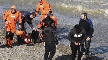 Prefectura rescató a dos jóvenes  y a su perro atrapados por la marea