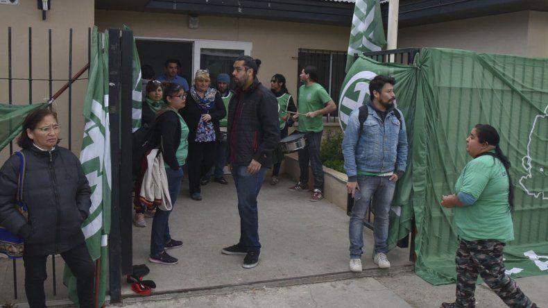 El paro de los auxiliares de la educación paralizó ayer el dictado de clases en la mayoría de las escuelas púbicas de Caleta.