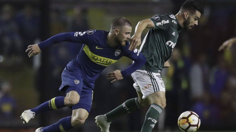 Nahitán Nandez disputa el balón en el partido de ida que Boca le ganó 2-0 al Palmeiras.