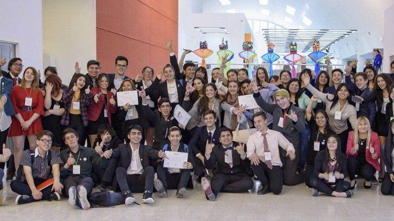 El principal objetivo de Uniendo Metas-Jóvenes para el Futuro es preparar a los jóvenes para ejercer un liderazgo comprometido