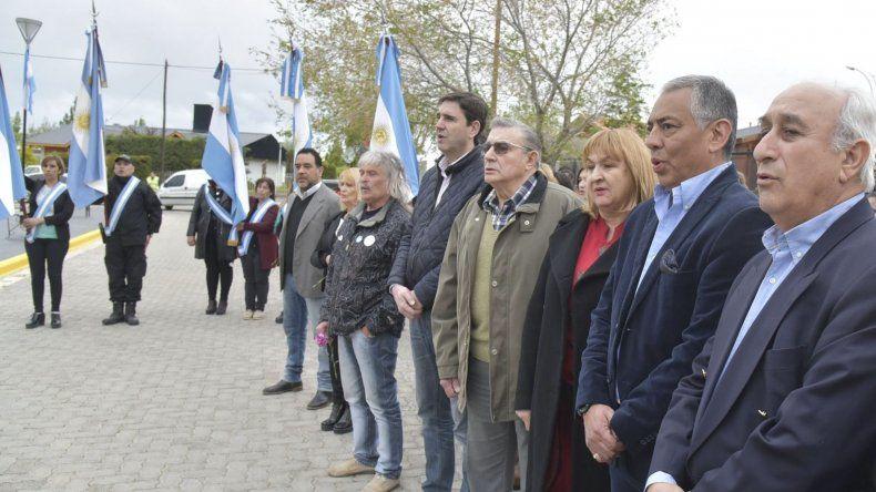El exgobernador Arturo Puricelli –derecha- fue uno de los invitados especiales al acto de Cañadón Seco presidido por el jefe de esa comuna