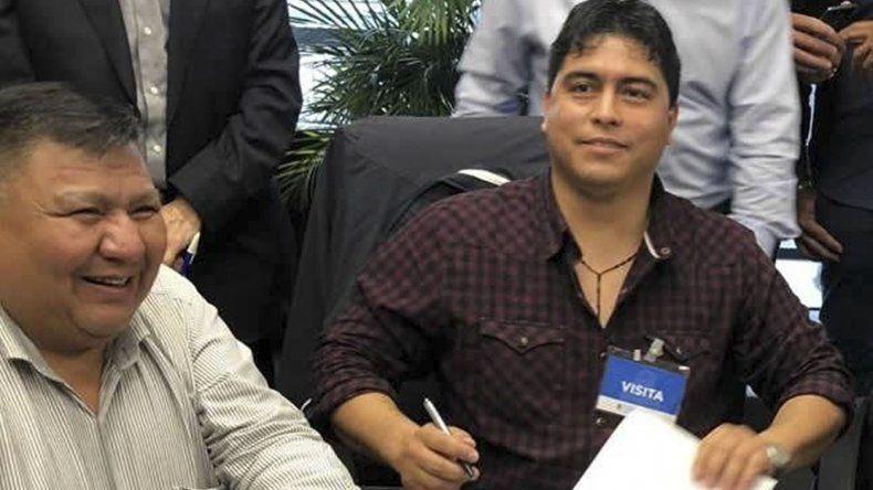 Claudio Vidal al firmar un acuerdo paritario que le permite obtener a Petroleros de Santa Cruz un aumento salarial del 45 por ciento interanual.