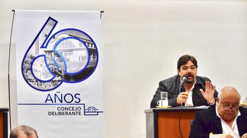 El concejal Almirón al referirse durante la sesión de ayer al problema de los servicios sociales.