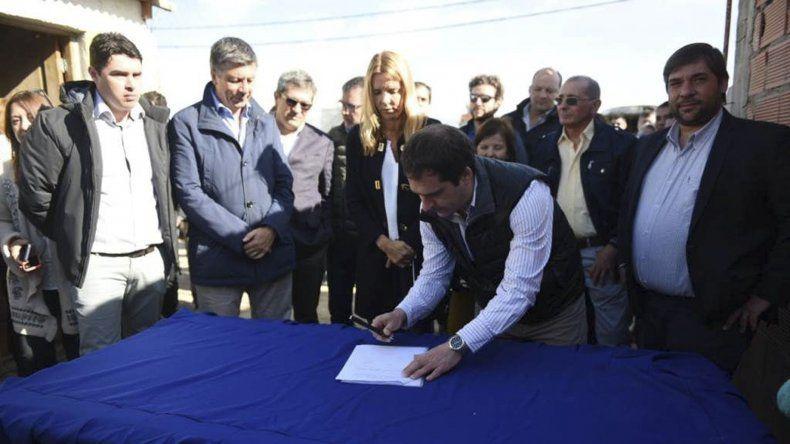 Luque y Klemensiewicz durante la firma del acuerdo ayer al mediodía en el barrio Las Américas.