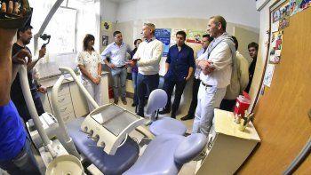 El gobernador durante su visita al hospital de Gualjaina.