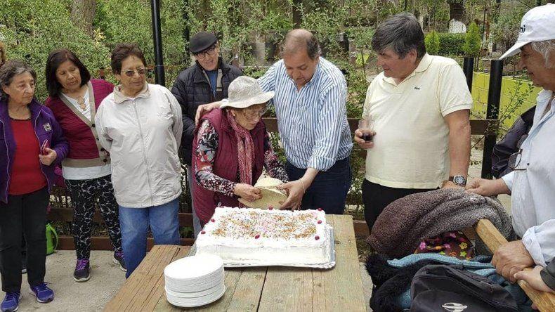 El intendente Carlos Linares participó en el Parque Astra del agasajo a los adultos mayores.