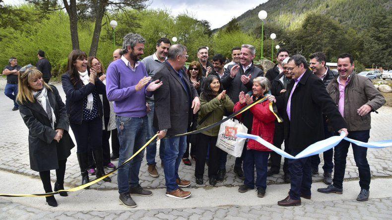 El gobernador Arcioni al participar de una serie de actividades en Lago Puelo.