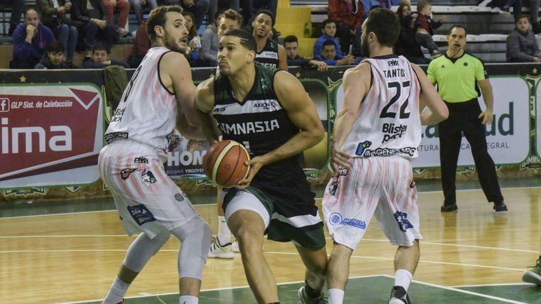 El pivote dominicano Eloy Vargas encara al canasto en un partido ante Quilmes de Mar del Plata.