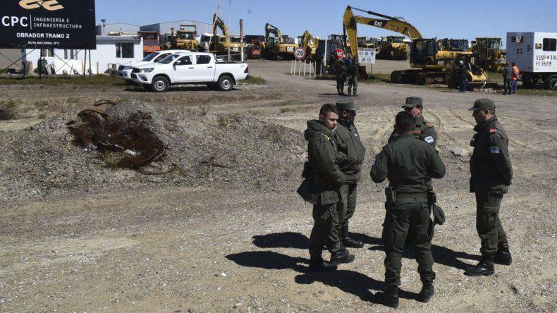 Personal de Gendarmería y de la Policía provincial controlaron que el operativo se realizara con normalidad hacia el interior del obrador.