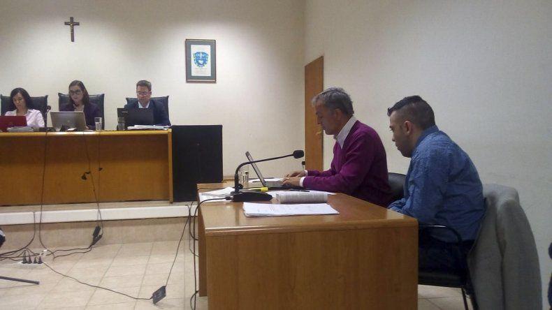Héctor Topo Fretes ayer escuchó atento la declaración del testigo de identidad reservada que lo señaló de haber ingresado al Old Draw con un revólver en mano la noche del homicidio.