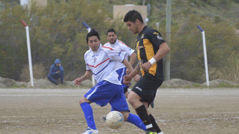 Darío Curzio abrió el camino a la victoria en Kilómetro 27 con un gol de media distancia.