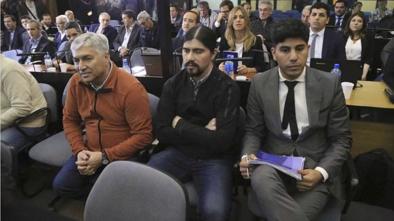 Lázaro Báez sentado junto a su hijo Martín y su abogado