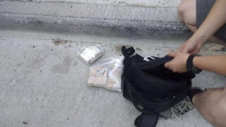 La mochila que le fue secuestrada al motociclista durante el procedimiento policial.