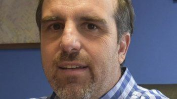 Tardíamente, Juan José Naves decidió oficialmente dejar su banca de concejal que en la práctica no ocupaba desde hace casi dos años.