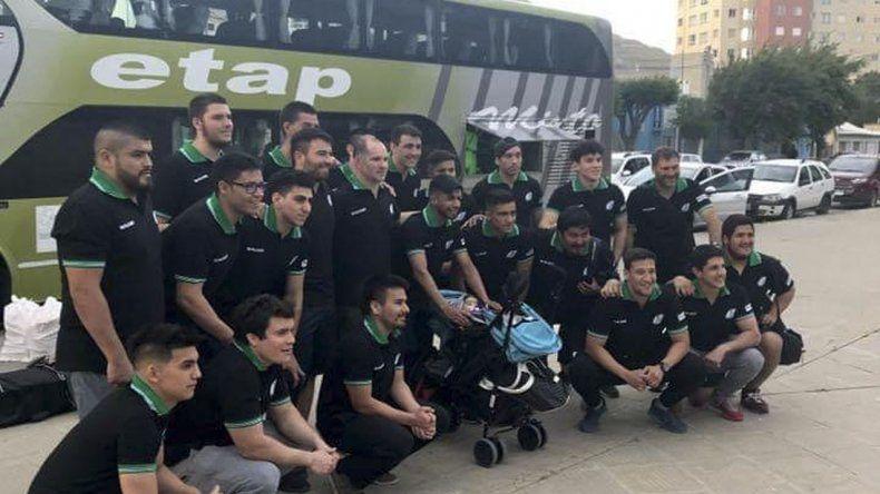El plantel de la selección Austral en la terminal de ómnibus antes de viajar a Córdoba.