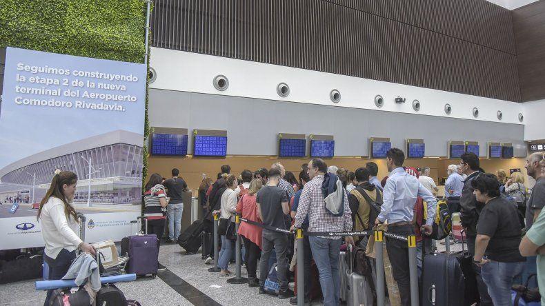 Las largas filas de pasajeros ayer en el Aeropuerto Mosconi para reprogramar sus vuelos.