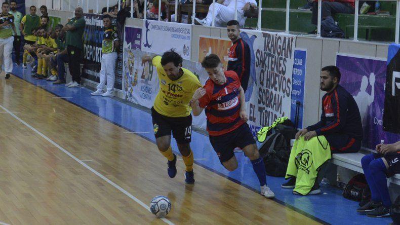 Gonzalo Páez desborda por la izquierda a Gustavo Cardozo. El juvenil comodorense aportó cuatro goles en el triunfo local.