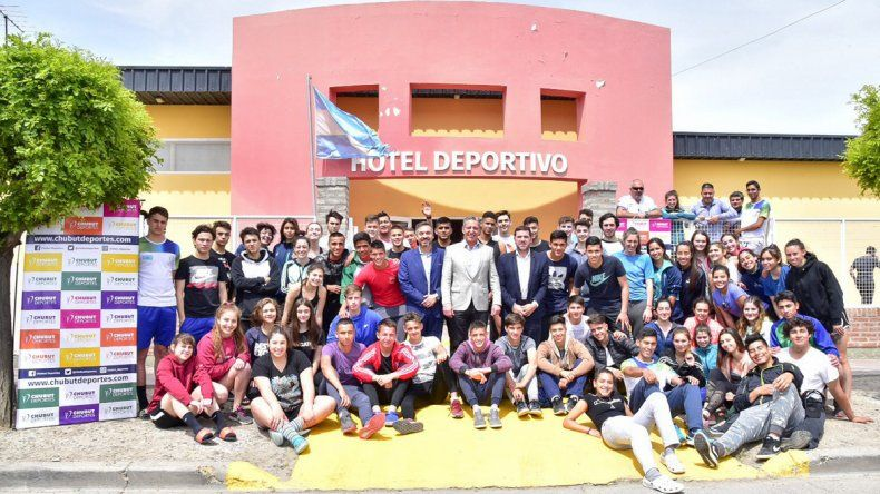 El gobernador Mariano Arcioni y Walter Ñonquepán junto a la delegación de los deportistas de Chubut que ayer viajó a Chile para una nueva edición de los Juegos de la Araucanía.
