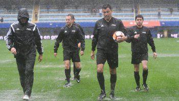 El árbitro chileno Roberto Tobar recorrió el campo de juego de La Bombonera junto a sus colaboradores.
