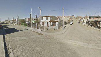 Según dijo el joven, en este lugar discutían dos hombres cuando él pasó con su bicicleta y recibió una bala perdida.