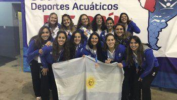 Agustina Todoroff –tercera abajo desde izq- junto a la selección nacional en Perú.