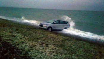 subio la marea y casi pierde su camioneta de alta gama