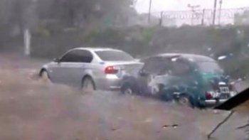 un fiat 600 salvo a un bmw en una inundacion