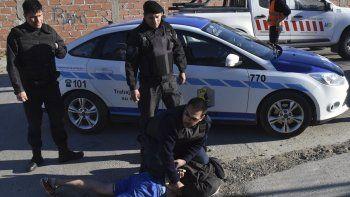 El individuo que arrebató al celular a un menor de edad, fue detenido inmediatamente por policías del Comando Radioeléctrico.