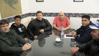 El intendente Roberto Giubetich recibió al secretario general del gremio petrolero, Claudio Vidal, junto a otros colaboradores y a un dirigente vecinal.