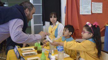 El intendente Facundo Prades recorrió los stands del Club de Ciencias y resaltó la tarea del cuerpo docente en la formación educativa de los niños.