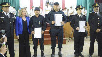 Acompañada por altos jefes, la gobernadora entregó resoluciones a un grupo de policías locales que se enfrentaron a una banda de delincuentes armados y lograron detenerlos.