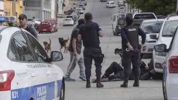 El momento en que la policía interviene en el lugar donde el hombre cayó herido por el disparo.