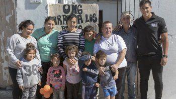 Braian, en la puerta de la ONG Arriba los Pibes. Me recuerda al merendero al que yo iba de chico y ayudarlo me emociona, cuenta.