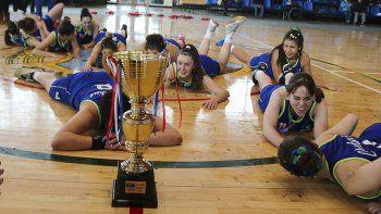 Las chicas del básquet chubutense festejan la medalla de oro en los Juegos de la Araucanía.