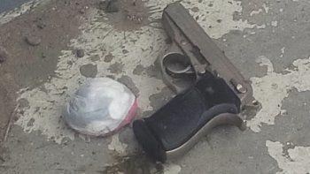 El hombre de 26 años fue detenido por la policía cuando portaba un arma de fuego y una bolsita con 23 gramos de cocaína fraccionada.