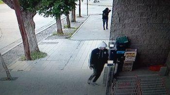 robo bebidas alcoholicas, lo persiguio un empleado y lo detuvieron a pocas cuadras
