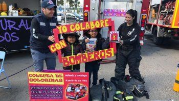 bomberos reciben donaciones de caramelos en la feria del liceo militar