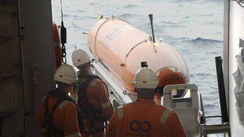 Los tripulantes del Seabed Constructor durante el descenso de un vehículo AUV a una de las zonas de búsqueda.